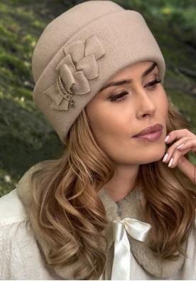 Ръчно изработена бежова шапка с маншет Elana
