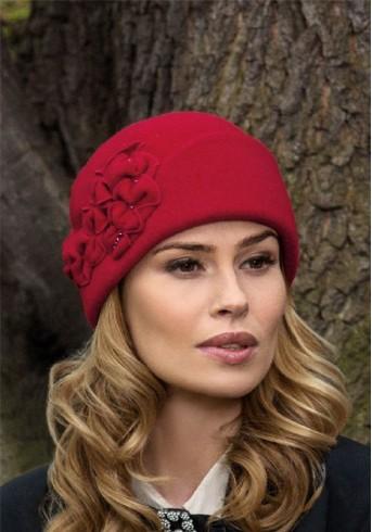 Червена дамска шапка Szubi