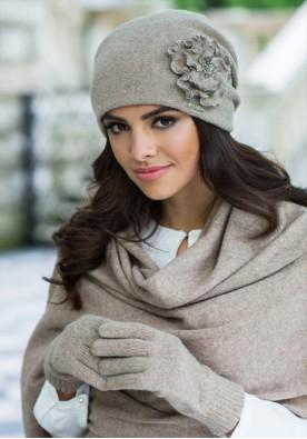 Красива зимна шапка в бежово Джована