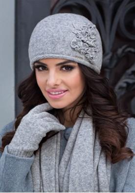 Кокетна  светло сива зимна шапка Лаура