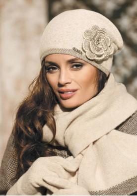 Красива дамска зимна шапка  в  светло бежово Пепита