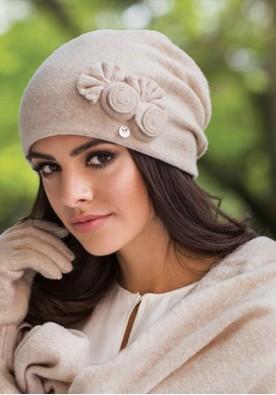 Красива дамска зимна шапка в светло бежово Пилар