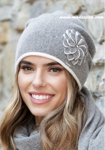 Кокетна зимна шапка в светло сиво Idalia