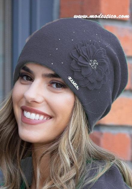 Сива шапка с флорална декорация Leonia
