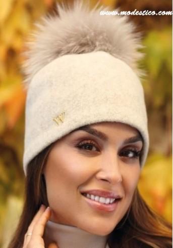 Стилна бежова шапка с помпон от енот Witti